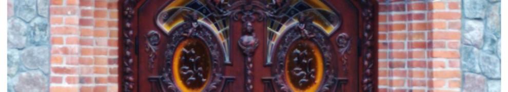 Витраж выполнен согласно концепции бренда с изображением логотипа компании в стекле
